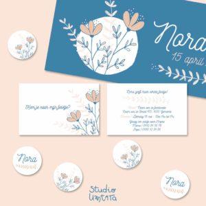 Blauw geboortekaartje Nora met bloemen